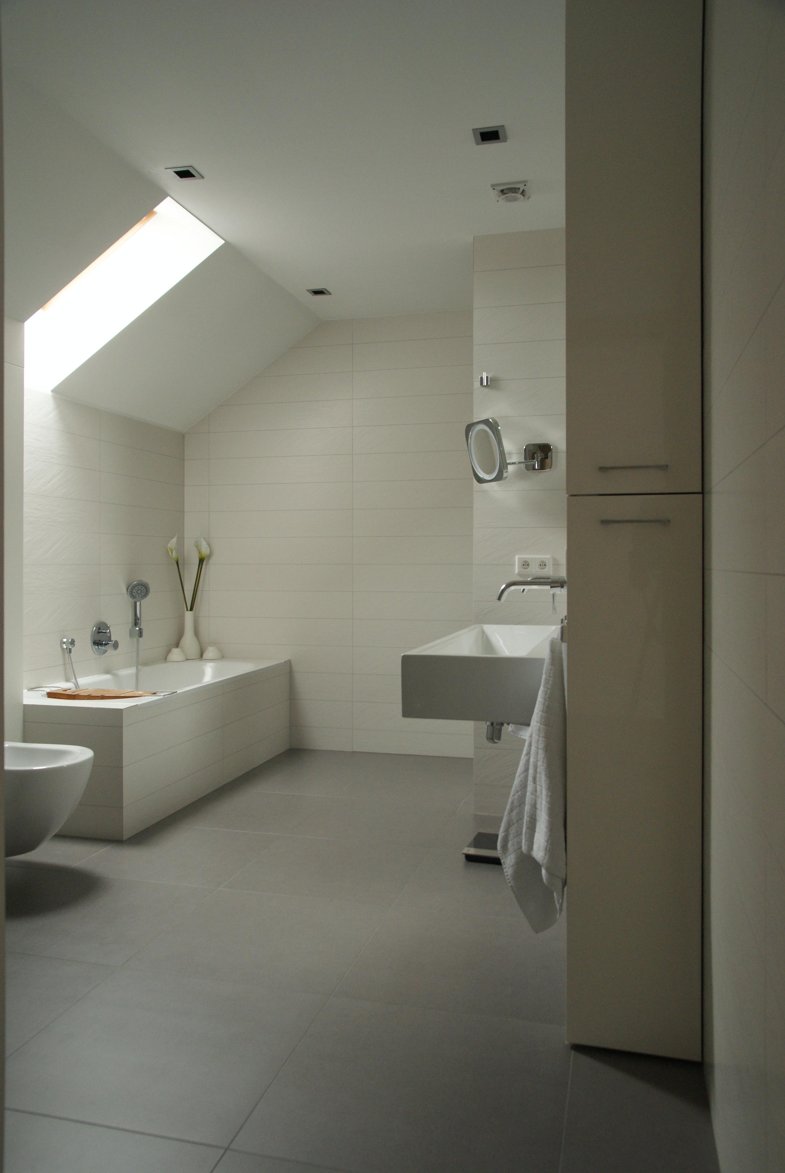 Biała łazienka na poddaszu.