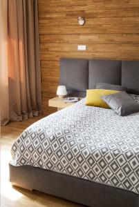 sypialnia drewniana ściana łóżko z wezgłowiem wygodne łóżko do sypialni projektowanie wnętrz architekt wnętrz