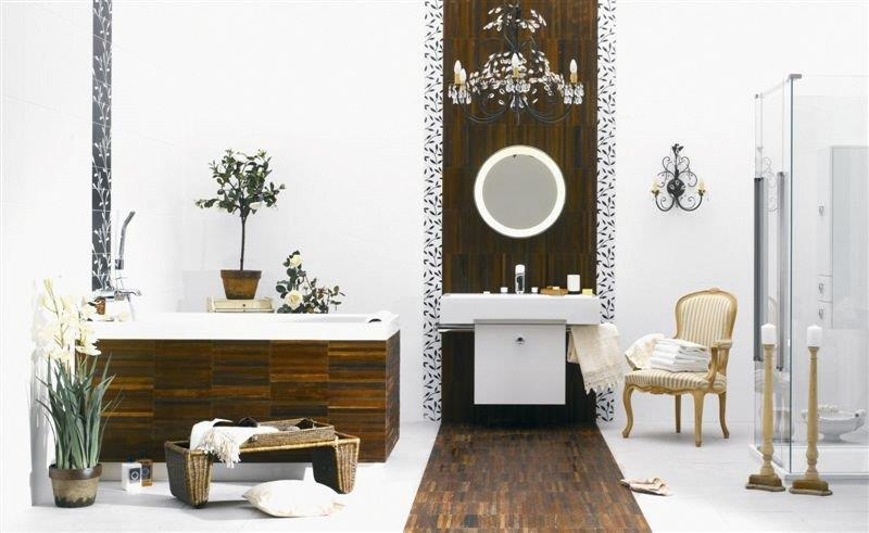 Klasyczna łazienka z drewnianą podłogą.