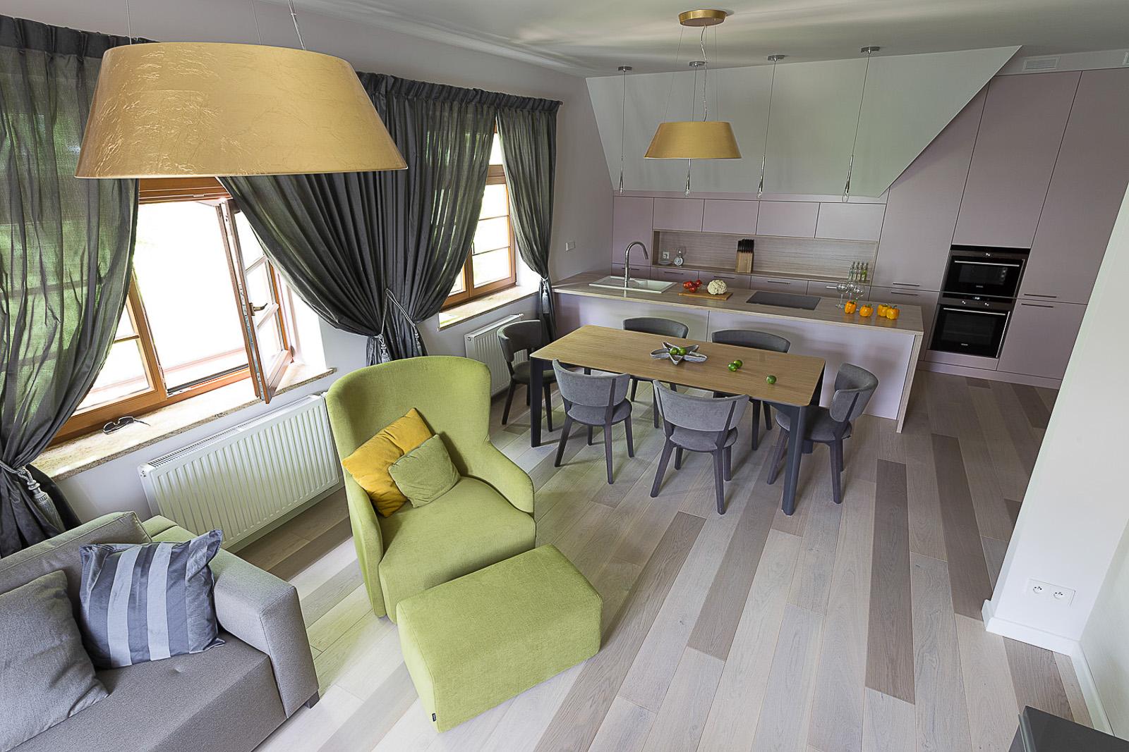 Apartament w Sopocie. Salon, kuchnia i jadalnia.