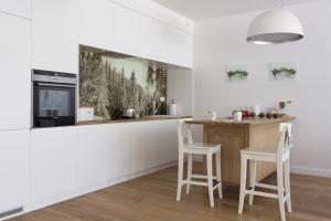 Apartament w Zakopanem. Kuchnia z rustykalnymi detalami.