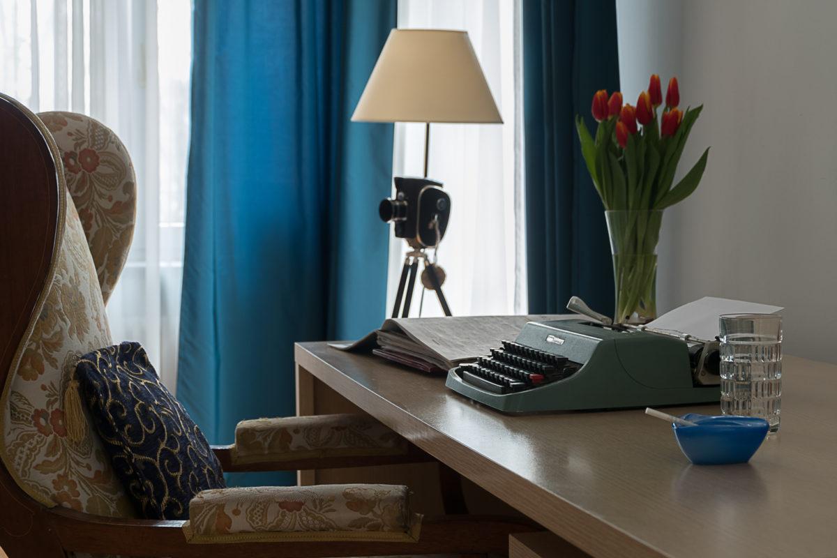 gadżety do mieszkania lampa Le Pukka lampa kwiaty maszyna do pisania popielniczka gabinet fotel kamienica przedwojenna aranżacja wnętrz Warszawa architekt projektant Jacek Tryc