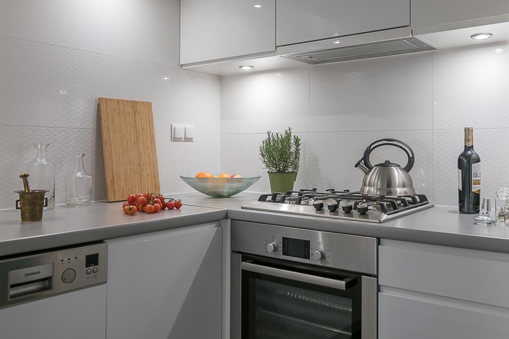 kuchnia białe meble nowoczesna kuchnia ładne płytki projektowanie wnętrz Warszawa Jacek Tryc aranżacja wnętrz