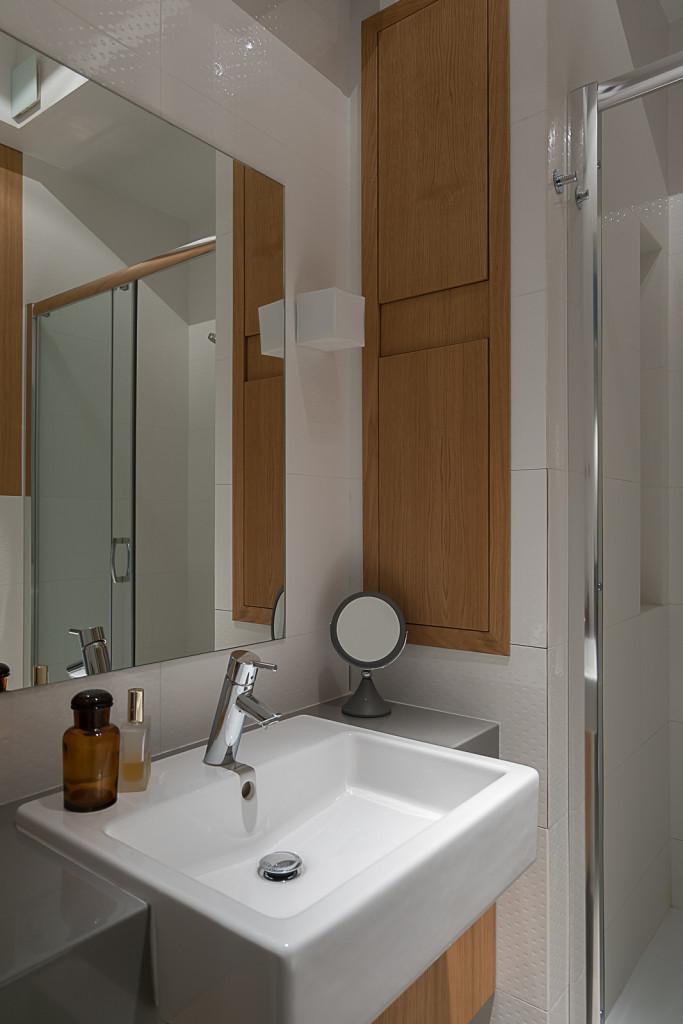 drewno w łazience mała łazienka prysznic umywalka do małej łazienki projekt małej łazienki lustro w łazience projektowanie wnętrz Warszawa