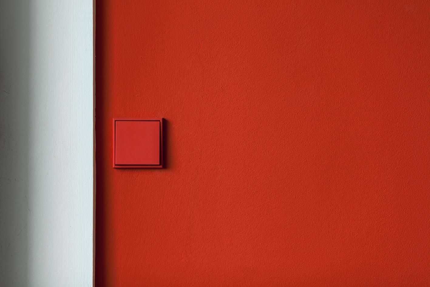 czerwony wyłacznik, czerwona ściana, projektowanie wnętrz Warszawa,serii LS 990 w kolorach Les Couleurs® Le Corbusier