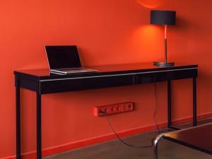 Les Couleurs® Le Corbusier, gniazdka, czerwone gniazdka, czerwona ściana, biurko, laptop, lampka, projektowanie wnętrz