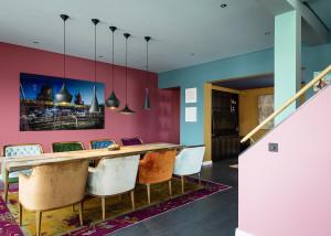 salon, stół, projektowanie wnętrz Warszawa, kolorowe fotele, lampy, wyłącznik, kolory we wnętrzu, kolorowe wnętrza,serii LS 990 w kolorach Les Couleurs® Le Corbusier