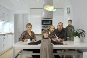 rodzina stół dzieci architekt wnętrza