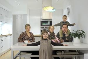stół biała kuchnia rodzina dzieci