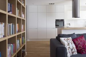 minmalizm biała kuchnia etno akcenty poduszki z haftem biblioteczka styl ludowy livingroom pokój z kuchnią salon z kuchnią szara kanapa