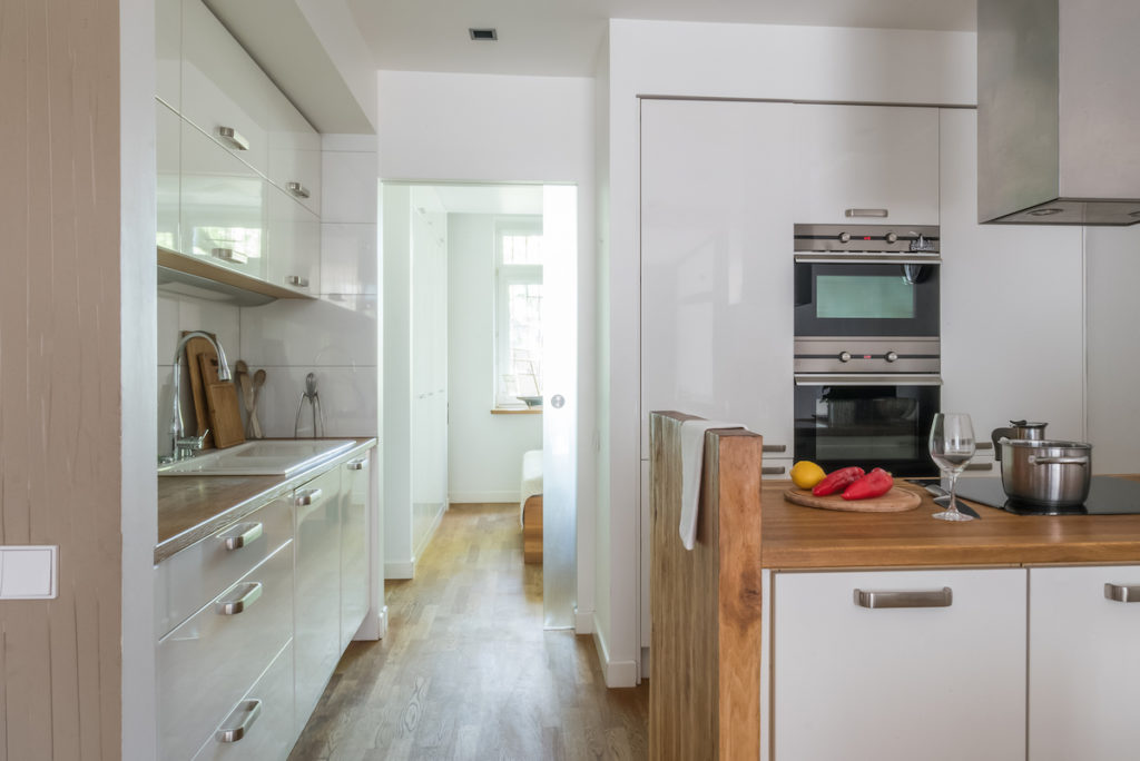 biała kuchnia nowowczesna kuhnia kuchnia otwarta na salon drewniana podłoga @tryc.pl projektowanie wnętrz warszawa
