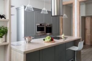 apartament w kamienicy tryc.pl projektowanie wnętrz warszawa kuchnia klasyczna ekskluzywna kuchnia kuchnia starej kamienicy szara kuchnia klasyczne meble w nowoczesnym wnętrzu