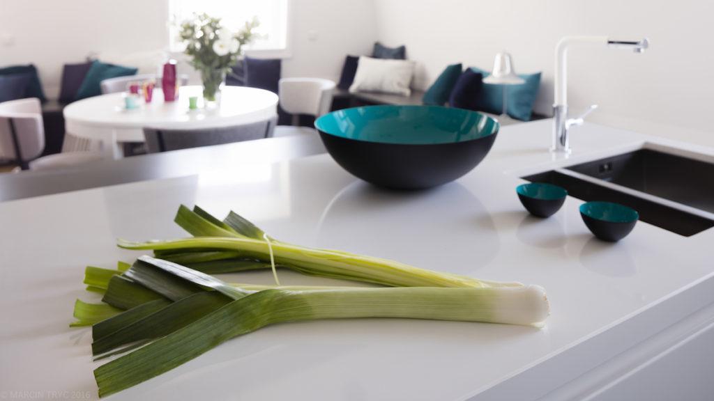 nowoczesna kuchnia @tryc.pl projektowanie wnętrz, architekt wnętrz, living room, salon z kuchnia, wyspa, mieszkanie na poddaszu