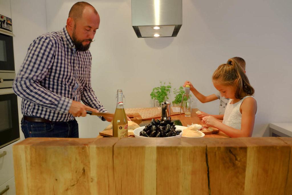 @tryc.pl dzieci w kuchni wspólne gotowanie zabawa tata gotuje hipster architekt projektowanie wnętrz kucharz kids interior designer architekt gotuje dobry mąż mąż w kuchni dobry tata ładne wnętrze rodzina family cooking