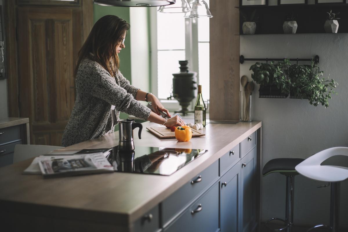 apartament w kamienicy kuchnia kuchnia w kamienicy kuchnia z wyspą ziola w kuchni szara kuchnia projektowanie wnętrz warszawa moktów jacek tryc architekt dobry architekt projektant