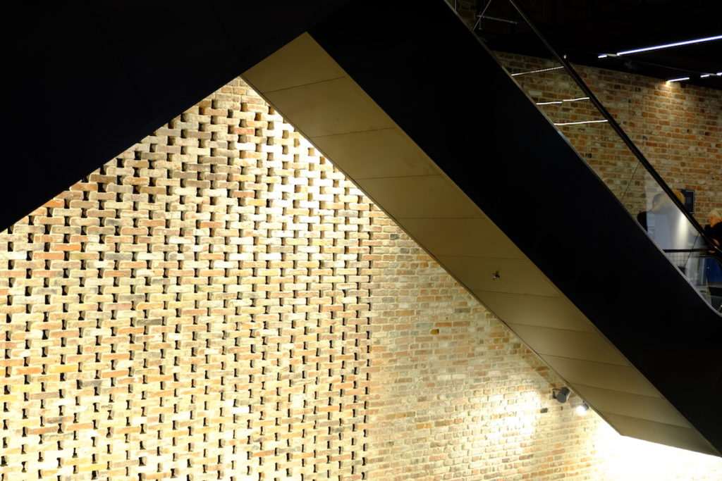 ściana oryginalna cegła Hala Koszyk piwnica otwarta Hala Koszyki piwnica ruchome schody i kondygnacje jems architekci projektowanie wnętrz blog architekta Warszawa architektura warszawy