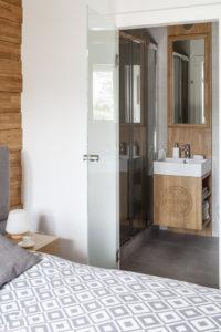 drewno w łazience szfka z rozetą zakane meble etno na ludowo podhalański styl aranżacja wnętrz projektowanie wnętrz meble na zamówienie meble z naturalnego drewna