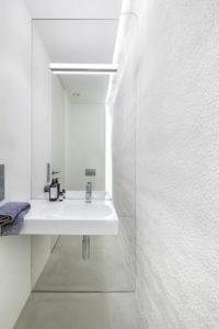 łazienka dekoracyjna ściana Brenna dom prywatny architekta projektowanie wnętrza architekt wnętrz piękne wnętrza minimalistyczne wnętrza duze okna betonowy dom beton w domu nowoczesne wnętrza arka kwk promes robert konieczny najlepszy budynek świata nagroda WALLPAPER DESIGN AWARD 2017 biała łazienka
