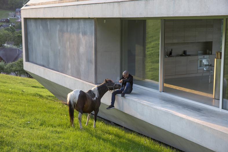 Brenna dom prywatny architekta projektowanie wnętrza architekt wnętrz piękne wnętrza minimalistyczne wnętrza duże okna betonowy dom beton w domu nowoczesne wnętrza arka kwk promes Robert Konieczny najlepszy budynek świata nagroda WALLPAPER DESIGN AWARD 2017