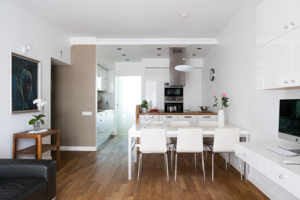 living room, Jacek Tryc, projektowanie wnętrz, architekt wnętrz Warszawa, Żoliborz, dobry architekt, salon z kuchnią, drewno na podłodze, podłoga olejowana, drewniane blaty w kuchni, projektowanie meble, meble na wymiar, biuro w domu