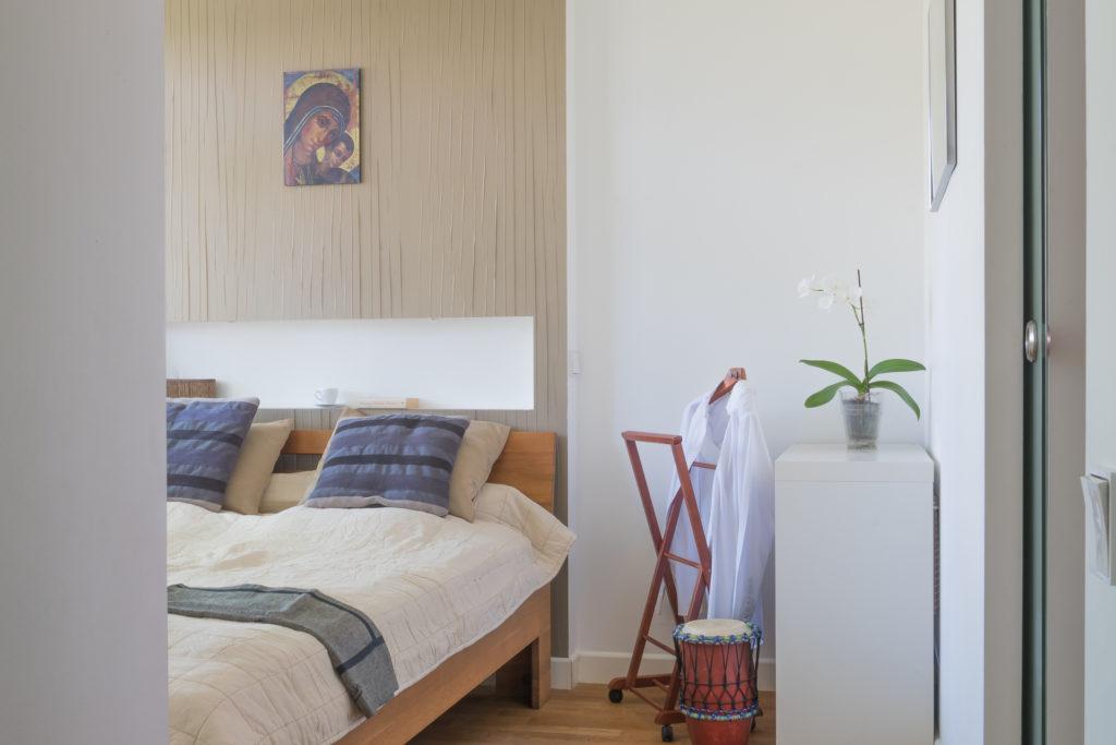 sypialnia w kolorach ecru, beże w sypialni, tapeta w sypialni