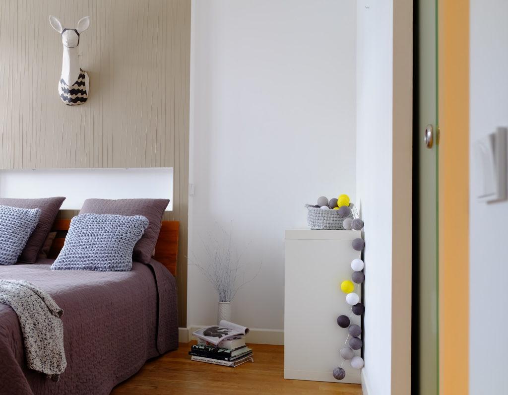 sypialnia, poduszki, pled, szary kolor w sypialni, poduchy robione na drutach, hand made, cotton ball light, tapeta w sypialni, rojektowanie wnętrz, ponadczasowe wnętrza, ładne wnętrza, dobry architekt, jacek tryc, blog o wnętrzach, projektowanie wnętrz warszawa , drewniana podłoga, olejowana podłoga, papierowe rzeźby, papersculpture,