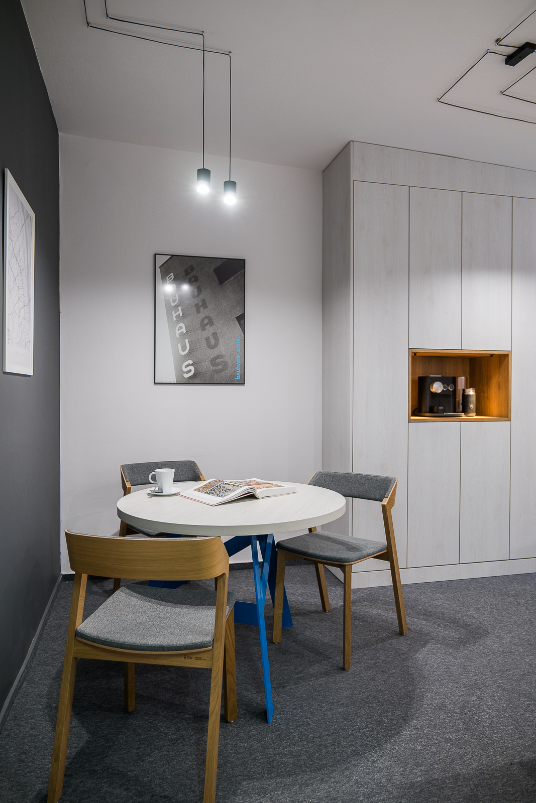 meble biurowe okrągły stolik krzesła ton tapicerowane plakaty Bauhaus lampy regał biurowy