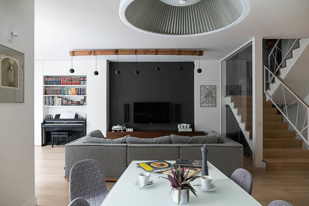 salon livingroom Żoliborz architekt projektowanie wnętrz Jacek Tryc interiorsdesign interiors pianiono sofa kanapa lampa ładne wnętrze dom z pomysłem schody dobry projektant