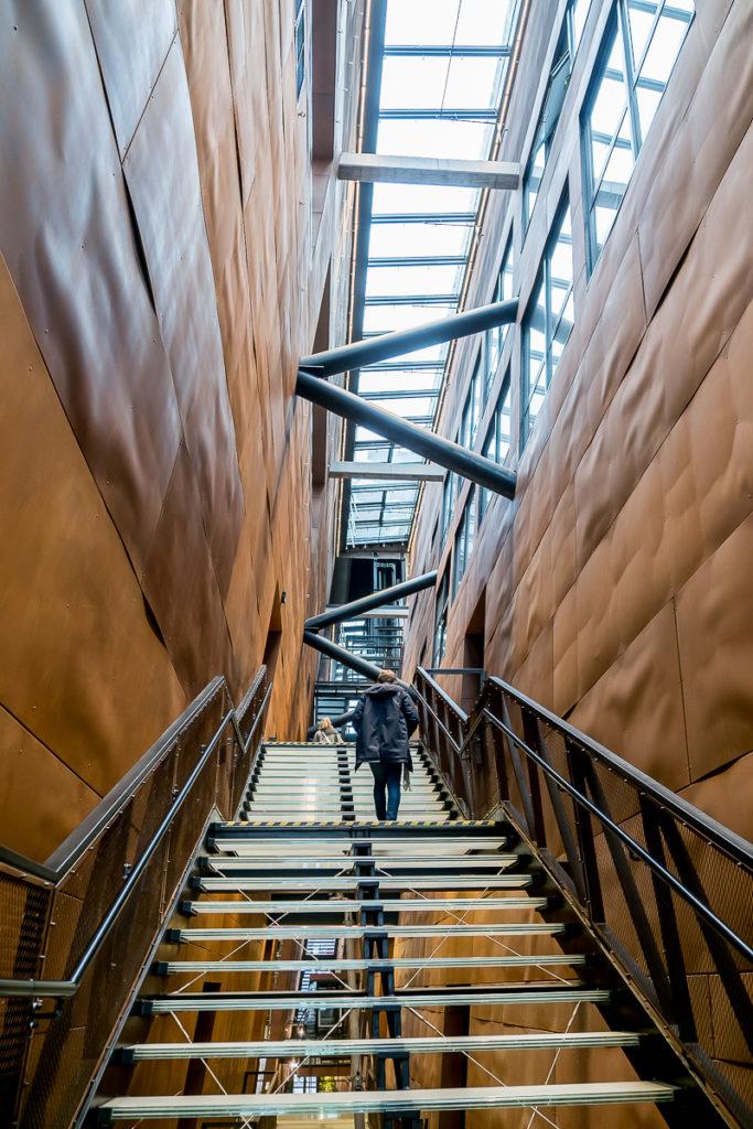 schody wnętrzaeuropejskie centrum solidarności, Gdańsk zwiedzanie, ciekawy obiekt, rdzawiak, stocznia gdańska, corten, muzeum solidarności, blog o architekturze designie i projektowaniu, bloger, architekt wnętrz, dobry architekt , projektowanie wnętrz warszawa, Gdańsk, budynek pokryty rdzą, historia upadku komunizmu, warto zobaczyć, Trójmiasto, Gdańsk, nowe muzeum, ładny budynek, dobra architektura, ciekawe nowoczesne muzeum w Polsce