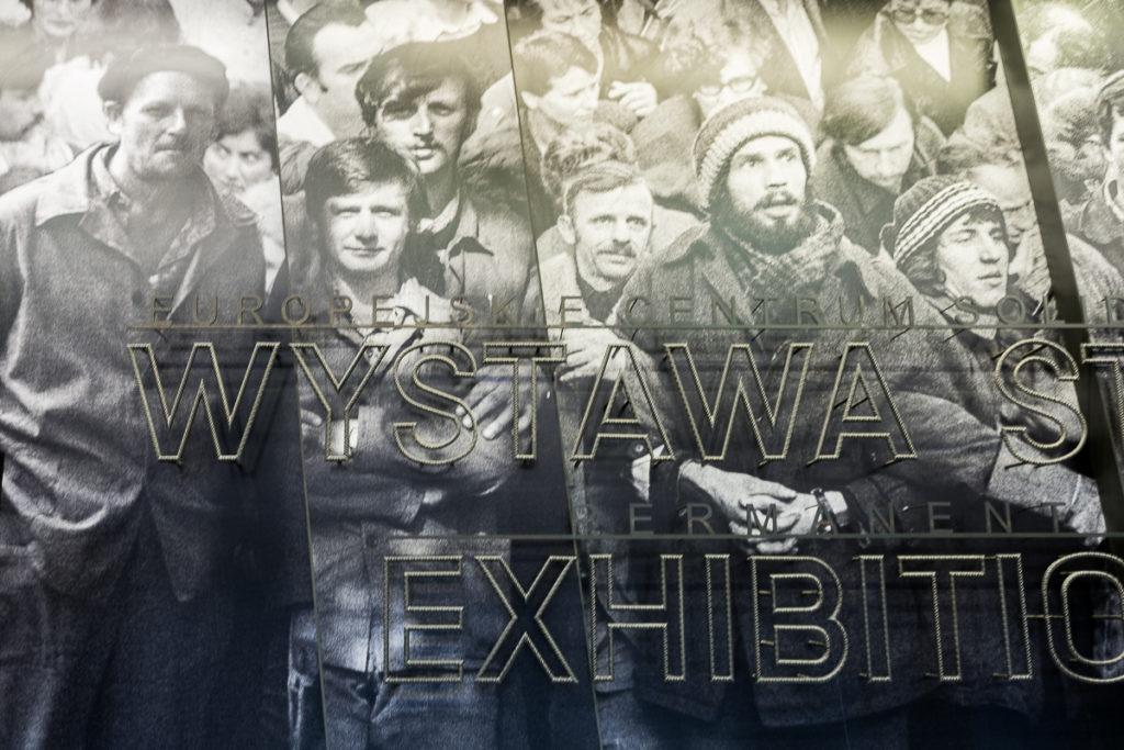 wystawaeuropejskie centrum solidarności, Gdańsk zwiedzanie, ciekawy obiekt, rdzawiak, stocznia gdańska, corten, muzeum solidarności, blog o architekturze designie i projektowaniu, bloger, architekt wnętrz, dobry architekt , projektowanie wnętrz warszawa, Gdańsk, budynek pokryty rdzą, historia upadku komunizmu, warto zobaczyć, Trójmiasto, Gdańsk, nowe muzeum, ładny budynek, dobra architektura, ciekawe nowoczesne muzeum w Polsce