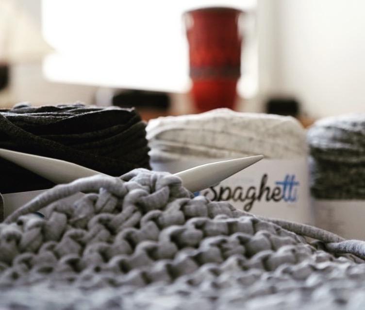hand made wool robótki ręczne cotton spaghetti dzierganie pasje propozycja nazimowe wieczory blog wnętrza architekt wnętrz projektowanie wnętrz lifestyle poduszki na drutach zrób to sam