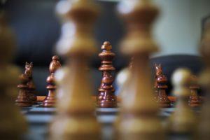 szachy chess board games family time na zimowe wieczory propozycja bloger blog o wnętrzach lifestyle familly time evening wieczór zima co robić zimą propozycja ciekawych zajęć jak przetrwać zimę zimowe doły mam dość zimy byle do wiosny