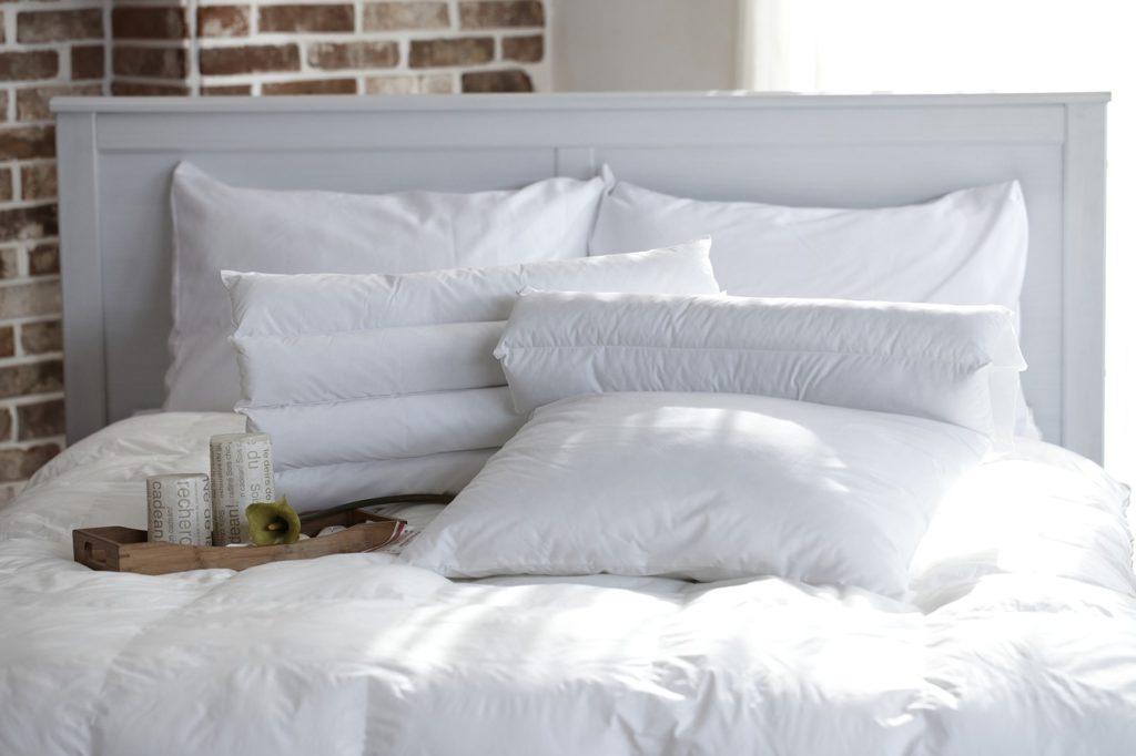 pościel, poduszki,projektowanie wnetrz, drzwi przesuwane, szklane drzwi architektura, aranżacja sypialni, jak urządzić sypialnie, dobry architekt, sypialnia, bedroom, sypialnia w małym mieszaniu, wiosenne przesilenie, chce się spać Jacek Tryc urządzamy sypialnię łózko, oświetlenie w sypialni, jaka lama do sypialni, ładne wnętrza w łóżku, spać się chce
