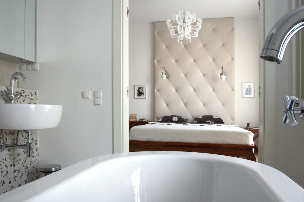 projektowanie wnetrz, drzwi przesuwane, szklane drzwi architektura, aranżacja sypialni, jak urządzić sypialnie, dobry architekt, sypialnia, bedroom, sypialnia w małym mieszaniu, wiosenne przesilenie, chce się spać Jacek Tryc urządzamy sypialnię łózko, oświetlenie w sypialni, jaka lama do sypialni, ładne wnętrza w łóżku, spać się chce