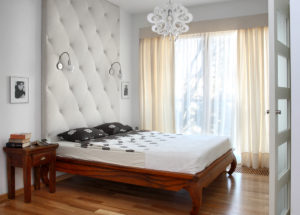klasyczna sypialniaprojektowanie wnetrz, drzwi przesuwane, szklane drzwi architektura, aranżacja sypialni, jak urządzić sypialnie, dobry architekt, sypialnia, bedroom, sypialnia w małym mieszaniu, wiosenne przesilenie, chce się spać Jacek Tryc urządzamy sypialnię łózko, oświetlenie w sypialni, jaka lama do sypialni, ładne wnętrza w łóżku, spać się chce