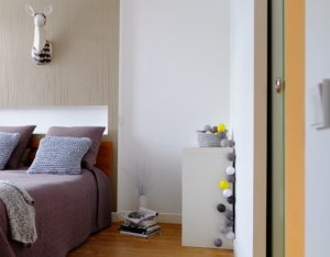 cotton ball light kulki kolorowe sypiania poduszki na drutach papersculpture projektowanie wnętrz architekt wnętrz papierowe rzeźby jelonek na ścianę tapeta architekt wnętrz projektant wnętrz Jacek Tryc mieszkanie na Żoliborzu
