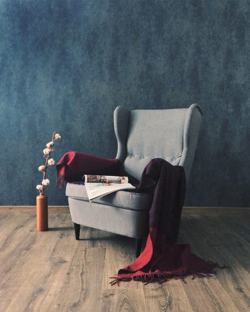 tapicerowane ściany kino domowe aranżacja wnętrz wygodne fotele architekt wnętrz dobry architekt projektowanie wnętrz Warszawa Tkaniny przytulne mieszkanie blog trendy w projektowaniu ciepły dom Jacek Tryc tapicerowane meble