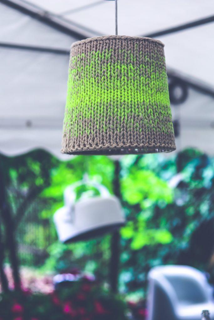 tapicerowane ściany kino domowe aranżacja wnętrz wygodne fotele architekt wnętrz dobry architekt projektowanie wnętrz Warszawa Tkaniny przytulne mieszkanie blog trendy w projektowaniu ciepły dom lampa abażur na drutach Jacek Tryc tapicerowane meble