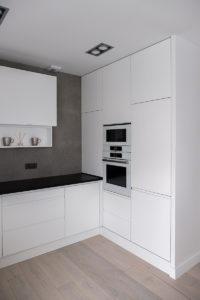 minimalistyczna kuchnia, kitchen, projektowanie mebli, aranżacja wnętrz Warszawa, szare płytki