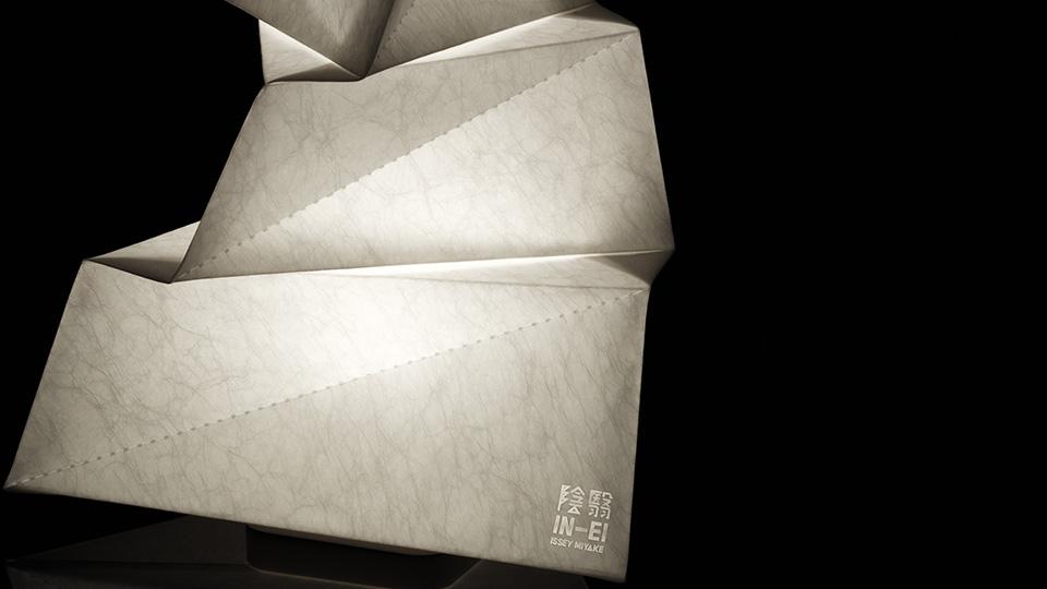 lampa biała origami, artemide, lampa do salonu, abażur, ekologiczne lampa, nowoczesna technologia, issey miyake, projektowanie wnętrz, aranżacja wnętrz, jacek tryc, architekt warszawa burakowska żoliborz, japoński styl, lampy w japońskim stylu, recykling