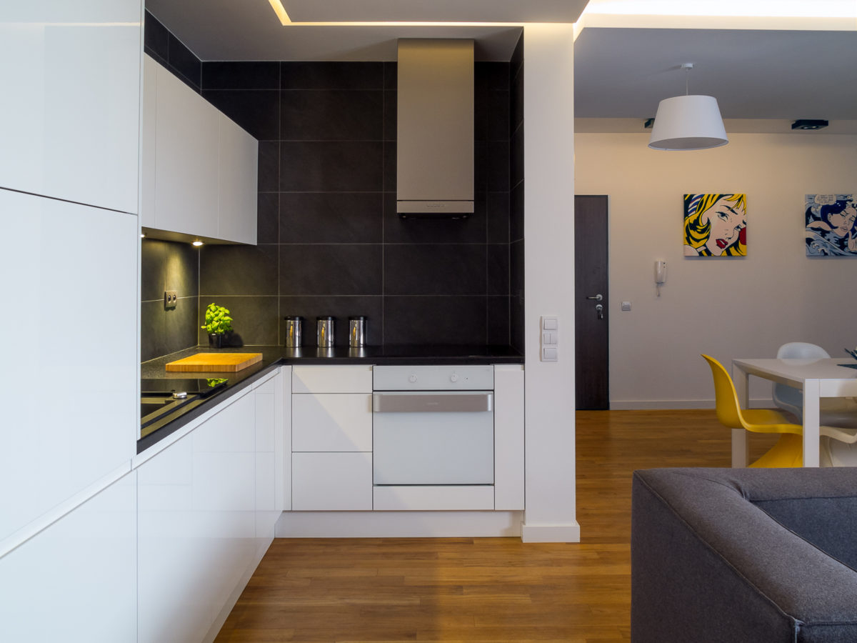 oświetlenie wyspy w kuchni oświetlenie w kuchni oświetlenie nad stołem lampa Jacek Tryc wnętrza projektowanie wnętrz Warszawa architekt wnętrz Warszawa kuchnia salon pokój dzienny kuchnia z wyspą jadalnia stół nowoczesne wnętrza