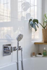 aranżacja wnętrz warszawa szara łazienka łazienka z oknem okno w łazience projektowanie wnętrz warszawa zieleń w łazience rośliny w łazience Jacek Tryc projektant architekt ciekawe aranżacje blog ładna łazienka dobry architekt