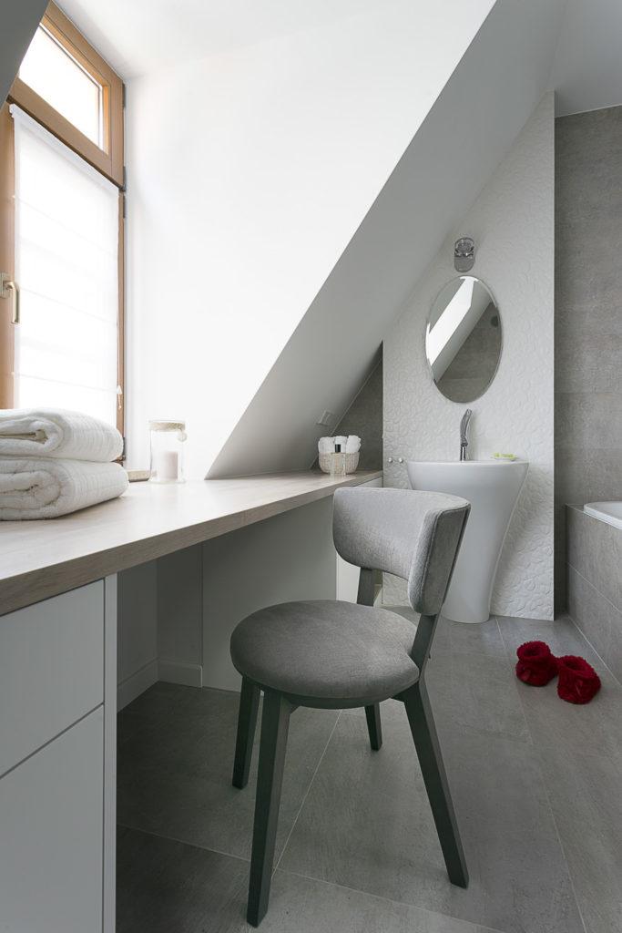 aranżacja wnętrz warszawa szara łazienka łazienka z oknem okno w łazience projektowanie wnętrz warszawa zieleń w łazience rośliny w łazience Jacek Tryc projektant architekt ciekawe aranżacje blog toaletka ładna łazienka dobry architekt