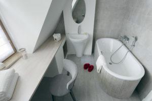 aranżacja wnętrz warszawa szara łazienka łazienka z oknem okno w łazience projektowanie wnętrz warszawa zieleń w łazience rośliny w łazience Jacek Tryc projektant architekt ciekawe aranżacje blog ładna łązienka dobry architekt
