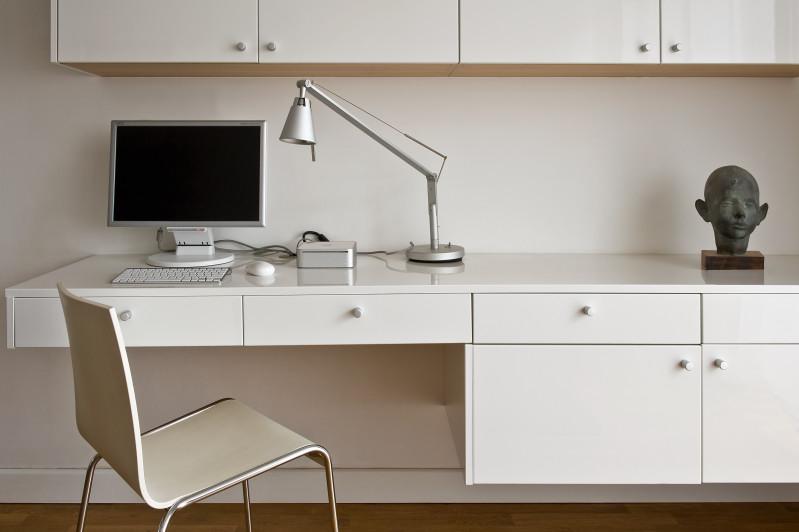 rzezba biurko sztuka w domu jacek Tryc architekt warszawa ładne wnętrza praca w domu projektowanie aranżacja salon białe meble