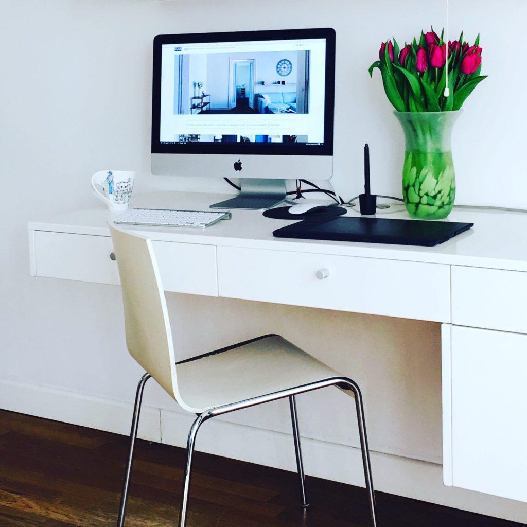 biutko kaiwty białe meble meble na wymiar buiro w domu kiwaty na biurku aranzacja wnętrz projektowanie wnętrz Jacek Tryc Warszawa