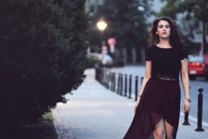 elegancka kobieta makijaż fryzura strój design kreacja