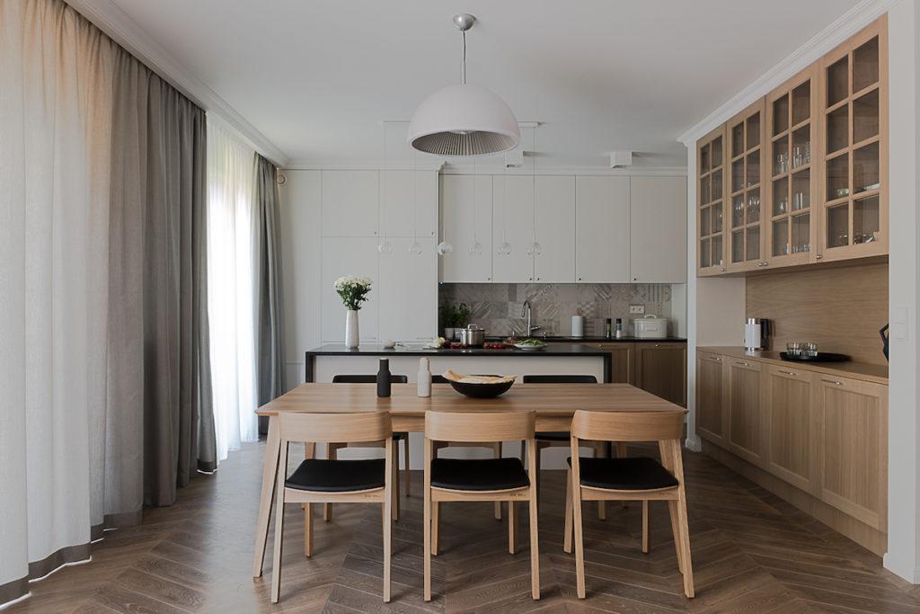 salon z kuchnia styl classic modern nowoczesne wnetrza dobry architekt warszawa stół i krzesła marka ton living room apartament