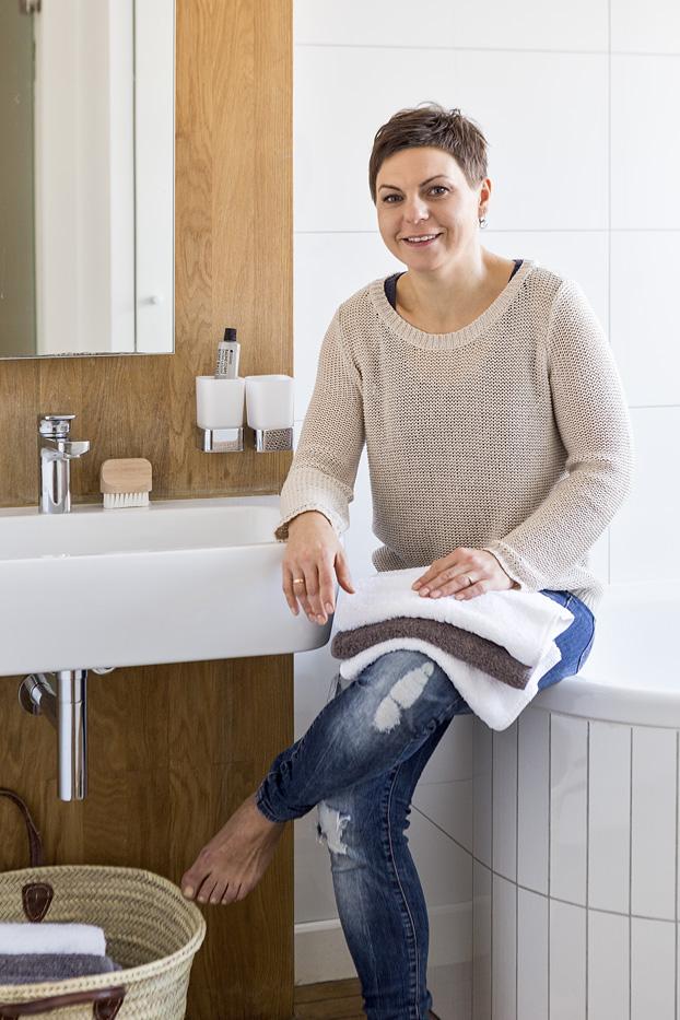 łazienak z wanną drewno w łazience łazienka w bloku ładna łazienka