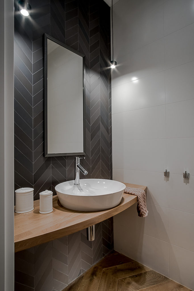 mała łazienka toaleta dla gości ładna łazienka umywalka drewniany blat lustro